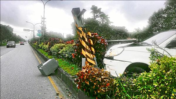 男開貨車疑為閃避野狗失控撞上中央安全島的測速照相桿。(記者王錦義翻攝)