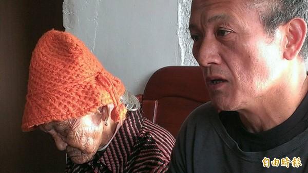 布農獵人王光祿堅稱無罪拒入監,在旁王母焦心不已。(記者陳賢義攝)