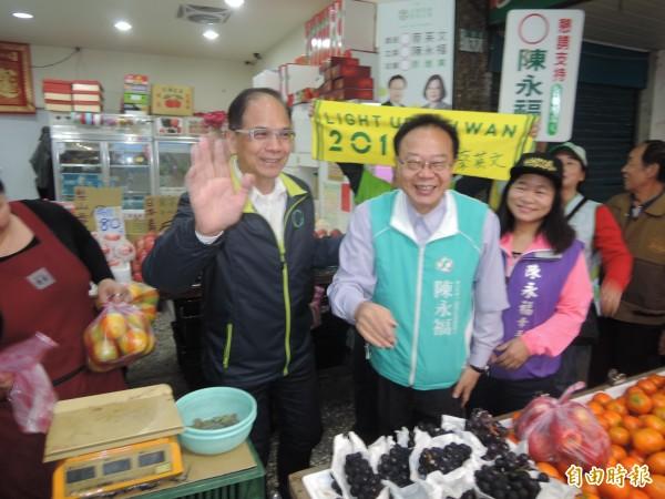 水牛伯到新店區市場為陳永福拉票。(記者翁聿煌攝)