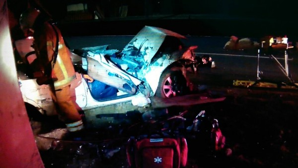 中壢凌晨發生自撞車禍,車體嚴重扭曲變形,車禍造成1人彈飛傷重不治2人受困。(記者李容萍翻攝)