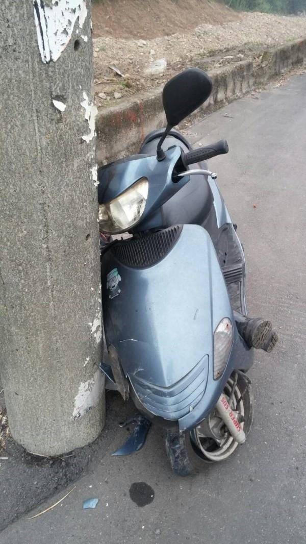 男子騎機車自撞電線桿。(記者曾健銘翻攝)