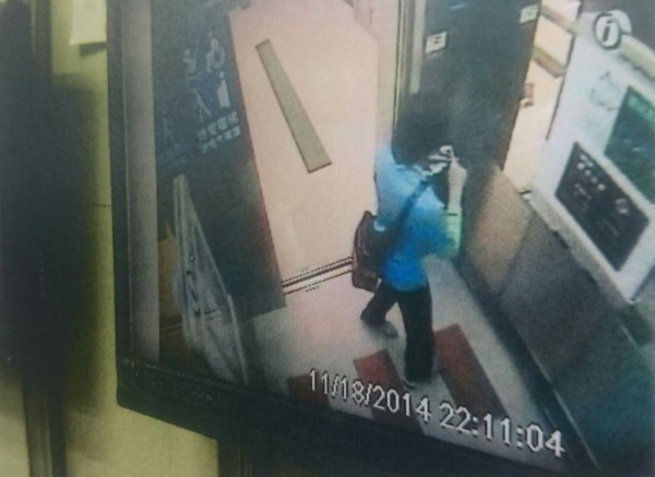 王某偷完坐電梯落跑遭監視器拍下。(記者徐聖倫翻攝)