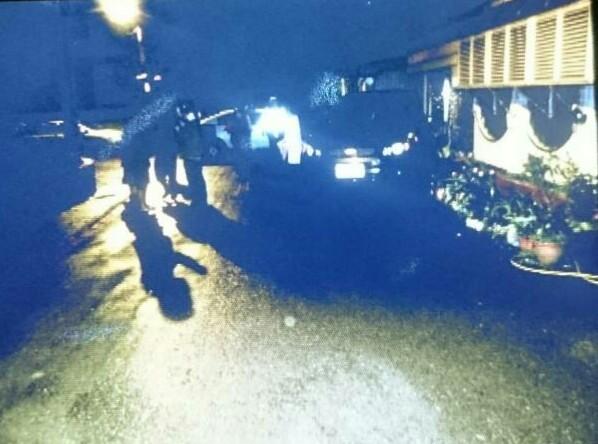 警方獲報至現場查看,黃某在車內昏昏沉沉。(記者徐聖倫翻攝)