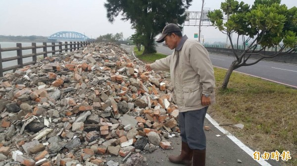 新竹市17公里自行車道上遭人傾倒3大車10公噸的建築廢棄物,讓居民及清潔人員都罵真是夭壽的行徑,誓言揪出偷倒者。(記者洪美秀攝)