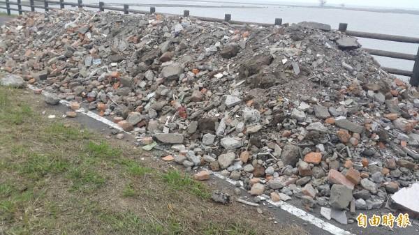 竹市17公里單車道遭倒建築廢棄物(記者洪美秀攝)