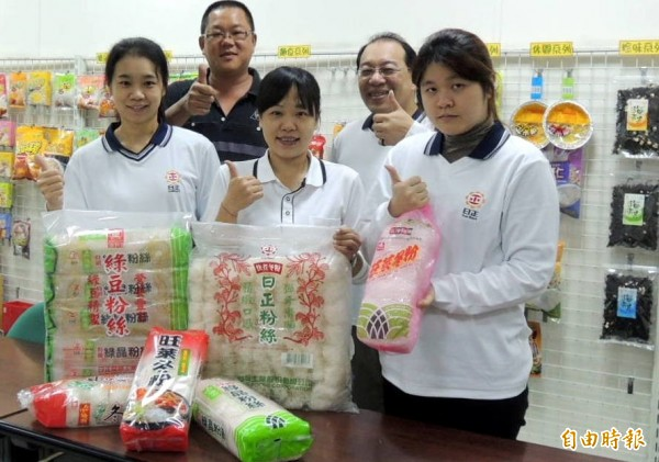 日正食品公司冬粉產品將不再委託中國代工,縣議員洪明科(第2排左1)也予以肯定。(記者謝介裕攝)