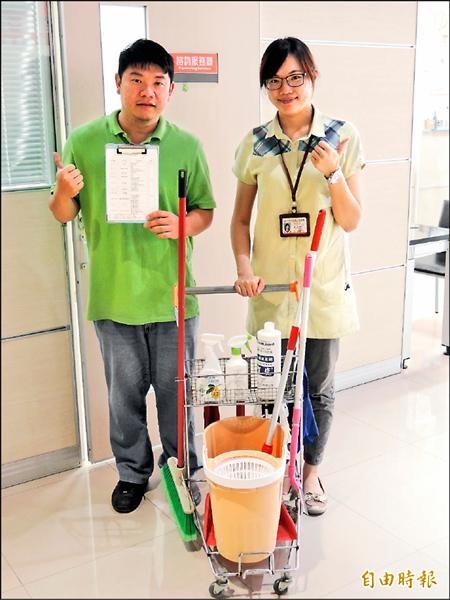 台東就業中心就業服務員張適年(左)、金佩姍設計方便身心障礙者工具車。(記者張存薇攝)