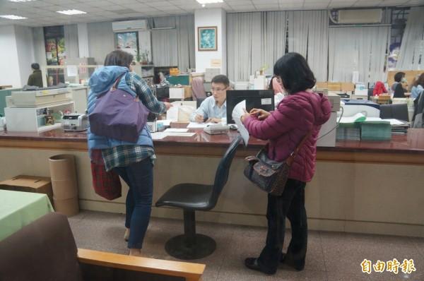北檢今天下午以證人身分,傳喚台大醫學院研究發展分處幹事李珮瑛(左)、葉秀蓉(右)出庭。(記者錢利忠攝)