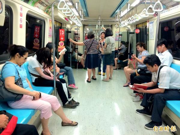 常坐捷運的人恐怕都對於每次到站時傳來的提醒聲音毫不陌生,從原本國台客英的順序到近日更改為國英台客,似乎表現出客語的弱勢程度。(資料照,記者郭逸攝)