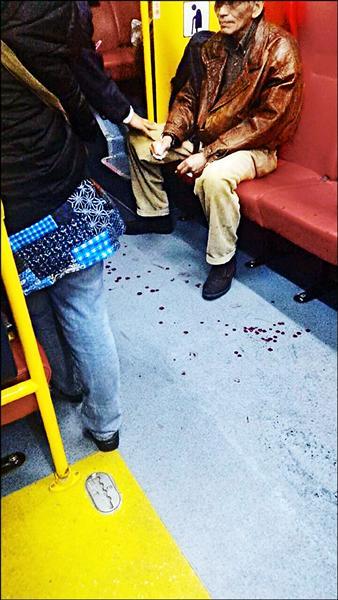 李姓男子被美工刀劃傷,地上血跡斑斑。(取自爆料公社臉書)