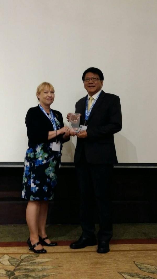 屏東縣長潘孟安接受APEC EWG主席 Phyllis Yoshida博士頒獎。(屏東縣政府提供)