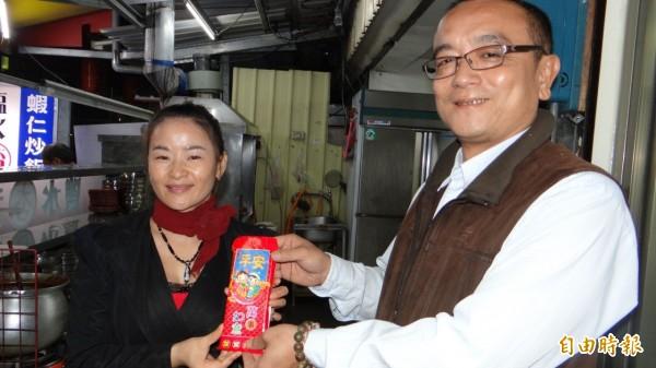 宋晨瑜(左)不被人生挫折打敗,仍捐善款幫助貧困老人、孤兒院。(記者林孟婷攝)