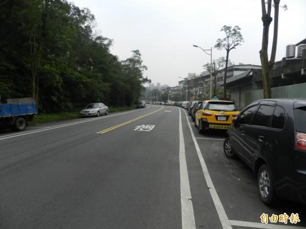 基金一路208巷已經劃設路邊停車格,明年開放收費停車。(記者盧賢秀攝)