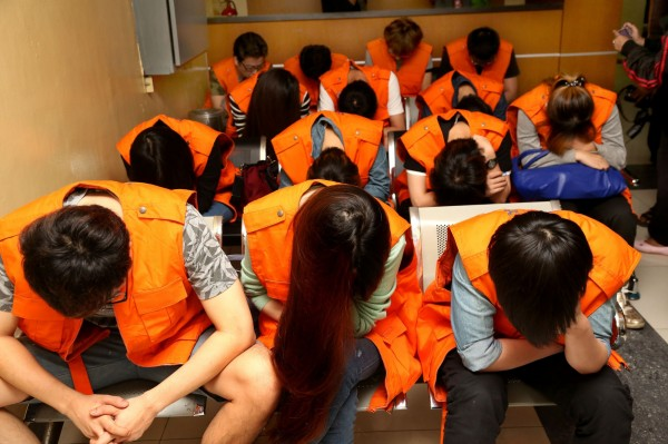 印尼今遣返涉嫌詐騙的49名台灣公民和1名中國公民。(美聯社)