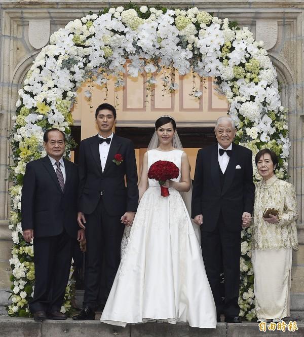 李登輝孫女李坤儀(中)與趙贊凱(左二)昨下午在濟南教會舉行婚禮,儀式結束後兩人與前總統李登輝(右)及夫人合影。(資料照,記者陳志曲攝)