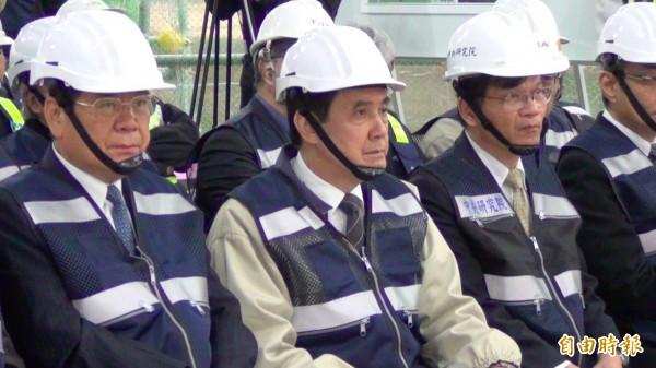 總統馬英九聽取國家生技園區簡報時,臉色凝重不悅。(記者湯佳玲攝)