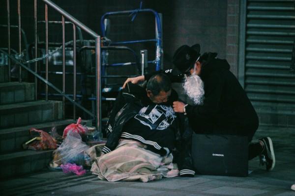 最近寒流來襲,「黑色聖誕老人」再次行動,現身於街友經常出現的地方送上保暖衣物與熱食。(圖擷自「黑色聖誕老人.BLACK SANTA」臉書)