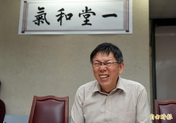 台北市長柯文哲接受雜誌專訪,被問到「再一次還選市長嗎?」,柯文哲不改柯氏幽默答道,「不然說要直接選總統」?(記者簡榮豐攝)
