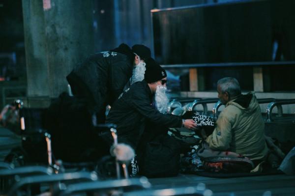 這群網友用他們的愛心「洗劫城市」。(圖擷自「黑色聖誕老人.BLACK SANTA」臉書)