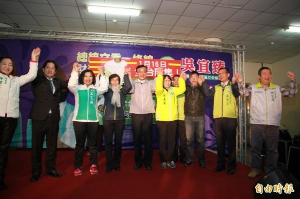台南市長賴清德(左2)、立委段宜康(右3)、蘇嘉全(中)及葉菊蘭(左4)等人,到公館鄉替立委候選人吳宜臻(左3)助陣。(記者鄭鴻達攝)