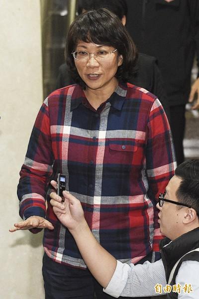 台北地檢署偵辦國民黨副總統候選人王如玄(中)買賣軍宅案,王如玄在庭訊結束後接受媒體訪問。(記者陳志曲攝)