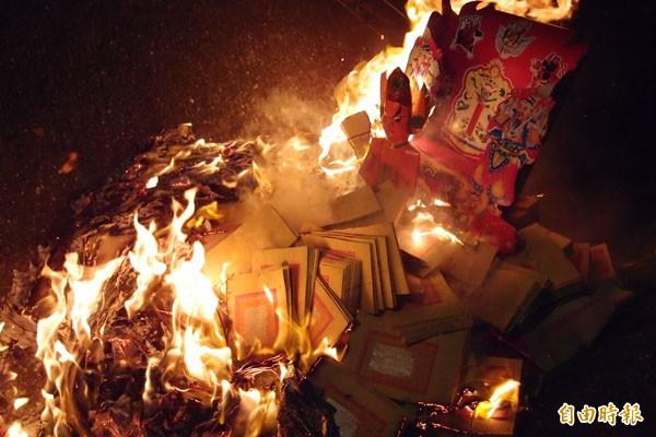 送火王,最後將紙紮火王爺神祇請出庄外火化。(記者楊金城攝)