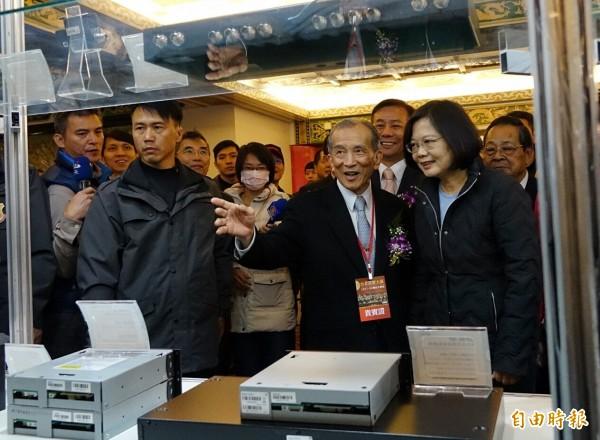 民進黨總統候選人蔡英文(右)17日出席台北音響大展開幕典禮,並參觀展品。(記者張嘉明攝)