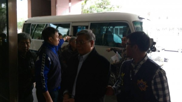 竹聯幫前地堂堂主李宗奎(中間白髮者)等9人被移送地檢署(記者邱俊福翻攝)