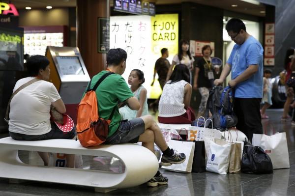 中國遊客赴日爆買並不罕見,然而近年掀起搶購潮的智慧馬桶座,其實多為中國製造。圖為資料照。(彭博社)