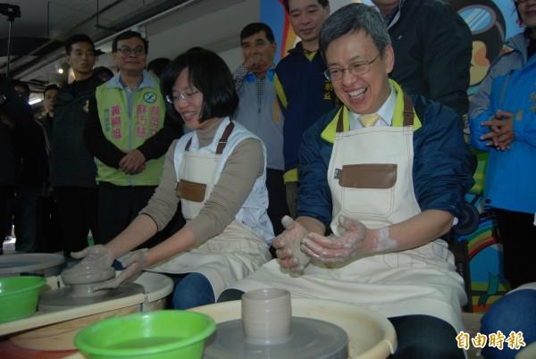民進黨副總統候選人陳建仁(右)體驗手拉坯,希望把親手捏製的陶杯送給妻子。(記者張安蕎攝)