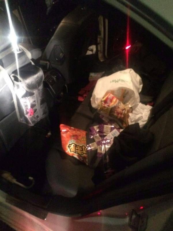 警方在車內起出29包含有安非他命的毒咖啡包(記者吳昇儒翻攝)
