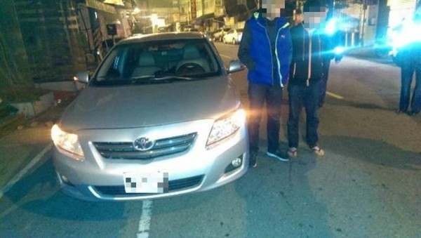 高雄市警方在2名男子車上查獲毒品K他命,以及壯陽藥一小包。(記者陳祐誠翻攝)