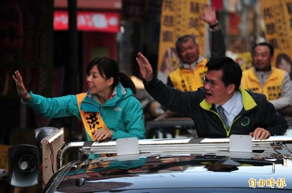 林佳龍陪洪慈庸在潭子車隊掃街,與民眾揮手致意。(記者李忠憲攝)