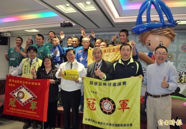 桃園子弟好棒!市長鄭文燦表揚三級棒球績優選手和教練。(記者李容萍攝)