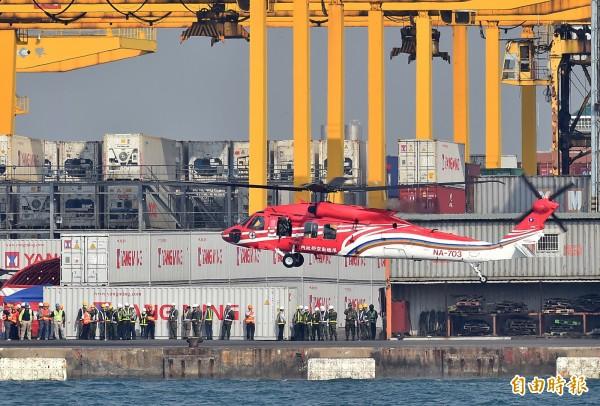預計今天中午後飛回台中清泉崗基地的黑鷹直升機,因有一架左旋翼有問題,暫緩飛行 (記者張忠義攝)