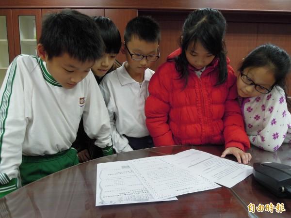 台北市公立小學學生從明年寒假起,可以自己決定要做什麼寒假作業。新北市則表示不會跟進,但以後作業的內容將更彈性多元。(資料照,記者梁珮綺攝)