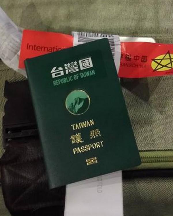 貼有「台灣國」貼紙的台灣護照。(圖擷取自林元笠臉書)