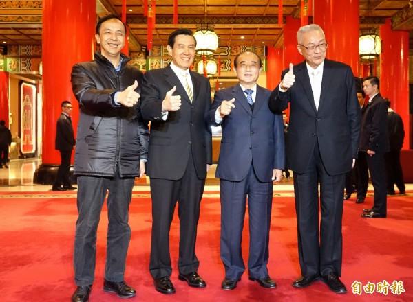 馬王朱吳4人在媒體面前一同「比讚」,卻不見王如玄身影。(記者王藝菘攝)
