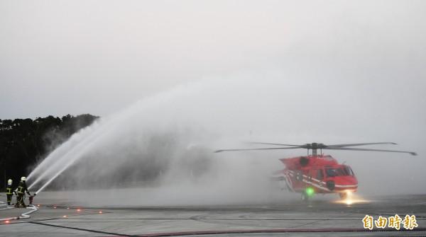 2架黑鷹直昇機18日傍晚5點左右,飛回台中空勤總隊進行迎機洗塵儀式。(記者廖耀東攝)