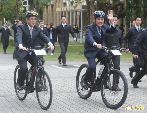 總統馬英九參訪北科大生態和綠能研發成果,也和台北科大校長姚立德一同騎乘「助動腳踏車」,感受省力和舒適的綠能商品。(記者王敏為攝)