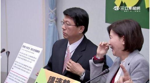謝龍介一句話逗笑身旁的美女立委王育敏。(圖擷取自三立新聞)