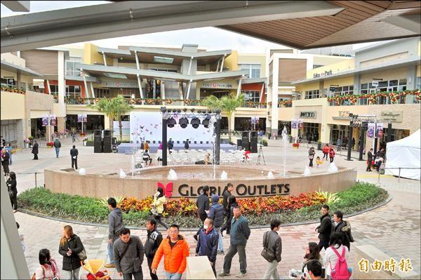 全台首座美式露天OUTLETS—華泰名品城熱鬧開幕,吸引民眾嘗鮮。(記者李容萍攝)