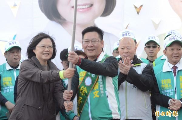 民進黨總統候選人蔡英文授戰旗給立委候選人徐景文。(記者李容萍攝)