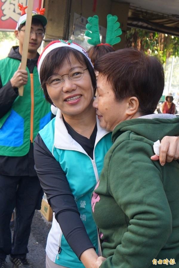 果貿市場,支持者與劉世芳熱情擁抱。(記者蔡清華攝)