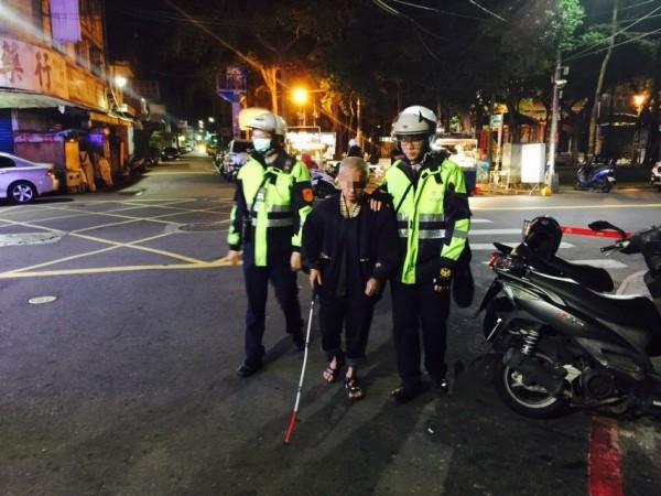 警方攙扶蕭男,一步步護送他返家。(記者黃捷翻攝)