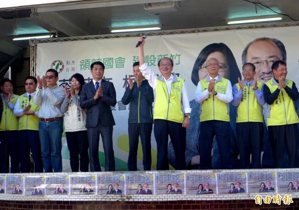 柯建銘(右四)今天上午在境福宮成立「樹林頭後援會」,包括市長林智堅(左六)、議長謝文進(右三)都到場力挺。(記者王駿杰攝)