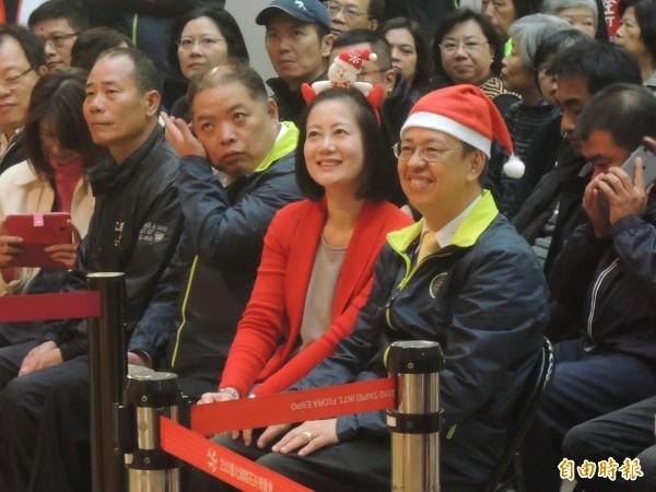 民進黨副總統候選人陳建仁今戴起耶誕帽,到天母報佳音。(記者葉冠妤攝)