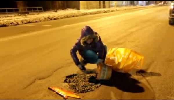 1名居住在俄羅斯南部鄂木斯克的26歲正妹,因受不了當地政府修補馬路坑洞的效率太差,在半夜主動上街補路。(圖擷自YouTube)