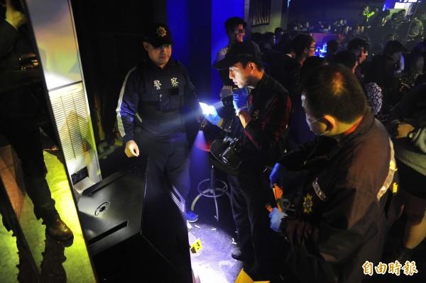 市警三分局鑑識小組在PUB的角落有發現K毒,疑似是嫌犯見警方時隨意亂扔。(記者王捷攝)
