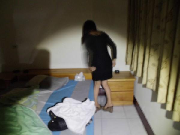 中國籍女子為常客進行半套性服務,見警破門慌張穿衣。(記者黃旭磊翻攝)